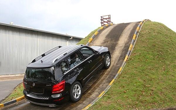 Xe bị ì khi lên dốc dù máy khỏe có thể do côn bị trượt