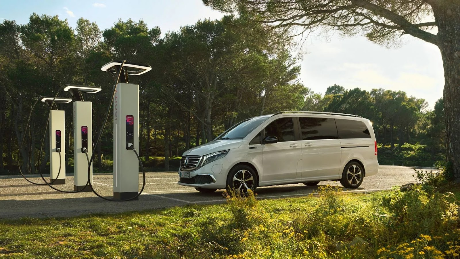 La Mercedes EQV a proximité de bornes Ionity